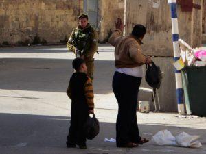 Soldat durchsucht Palästinenser in Hebron, Photo: Irene