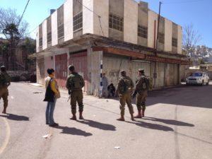 Soldaten halten palästinensische Kinder in Hebron fest, Photo: Irene
